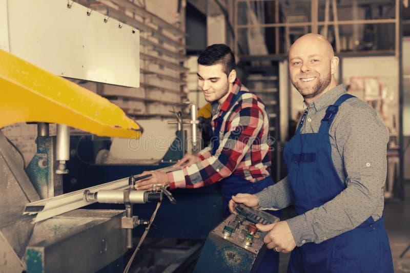 Филировальная машина работников близко стоковое изображение