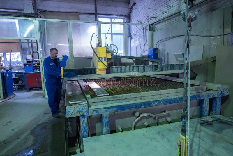Download Филируя специалист работая для Waterjets металла в магазине на Редакционное Изображение - изображение насчитывающей ученика, курчаво: 81802620