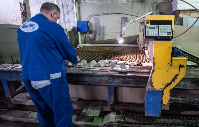 Download Филируя специалист работая для Waterjets металла в магазине на Редакционное Фотография - изображение насчитывающей развилки, рационализаторство: 81802622