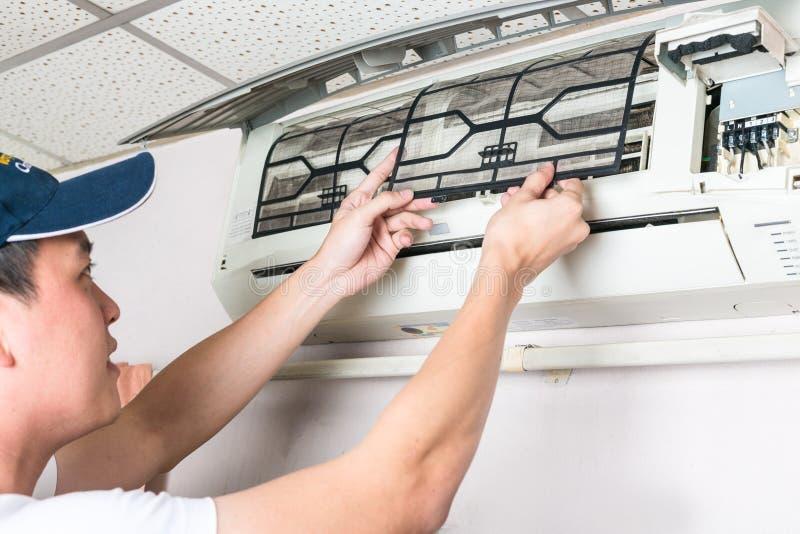 Download Фильтр чистки молодого человека и обслуживания стирки пакостный воздуха C Стоковое Изображение - изображение насчитывающей рука, чисто: 81812115