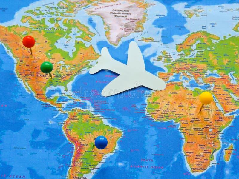 Флаги всех народов мира Группа в составе различные флаги мира на белизне мир во всем мире глобуса dove дня стоковое фото