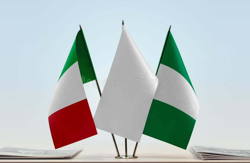 Флаги Италии и Нигерии стоковое фото