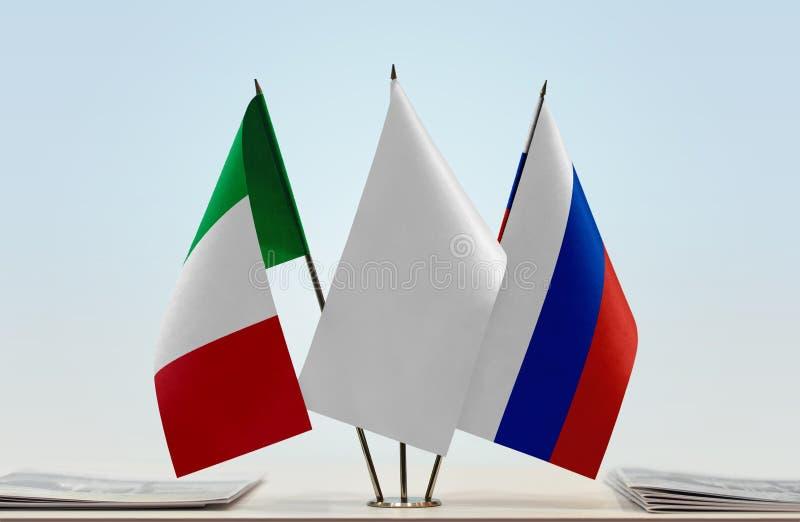 Флаги Италии и России стоковое изображение