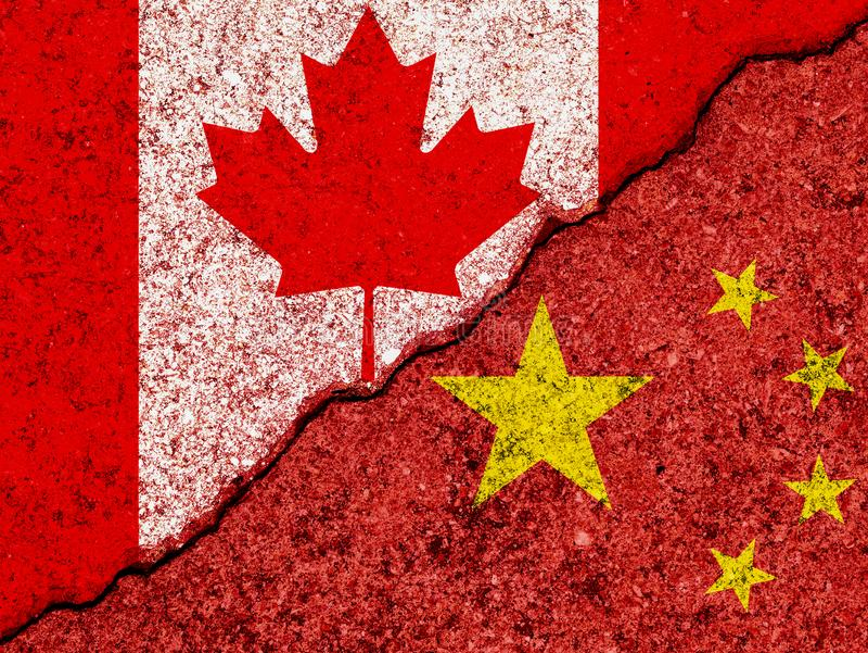 Флаги Китая и Канады покрашенных на треснутых предпосылке стены grunge/отношениях Канады и Китая и концепции конфликта стоковые фотографии rf