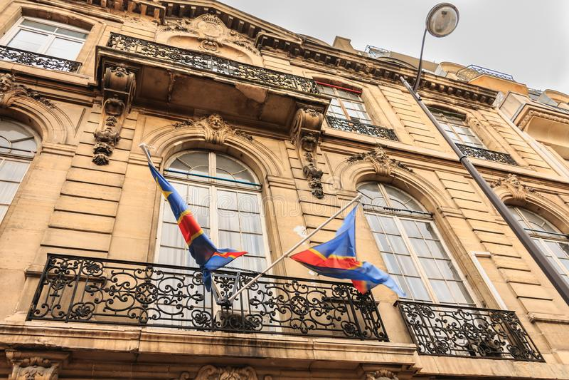 Флаги Конго плавая над входом посольства стоковые фото