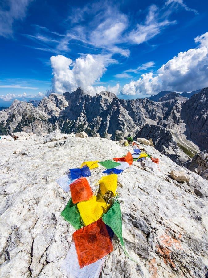 Флаги красочного тибетца моля на верхней части горы стоковое фото rf
