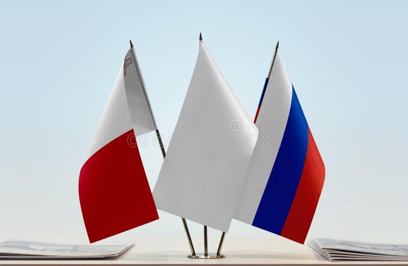 Флаги Мальты и России стоковое фото rf