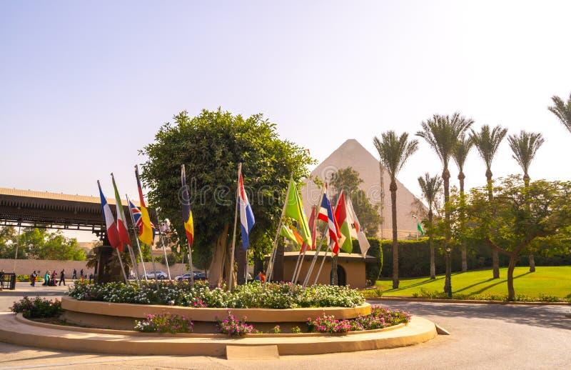 Флаги много стран и пирамиды Cheops стоковое изображение rf