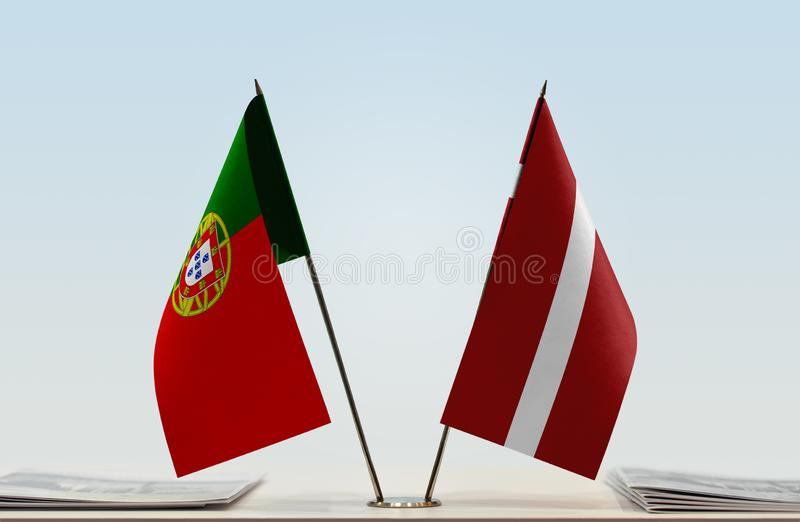 Флаги Португалии и Латвии стоковое изображение