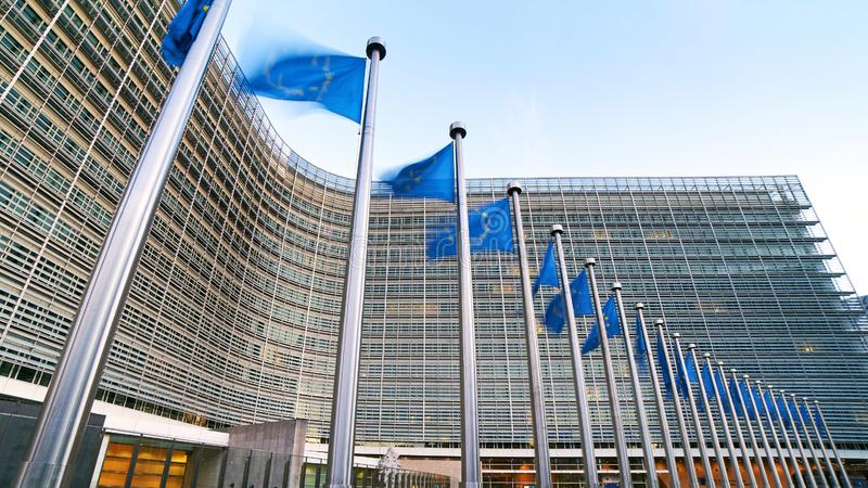 Флаги развевая перед зданием Berlaymont, штабы ЕС Европейского союза европейской комиссии в Брюсселе стоковое фото rf