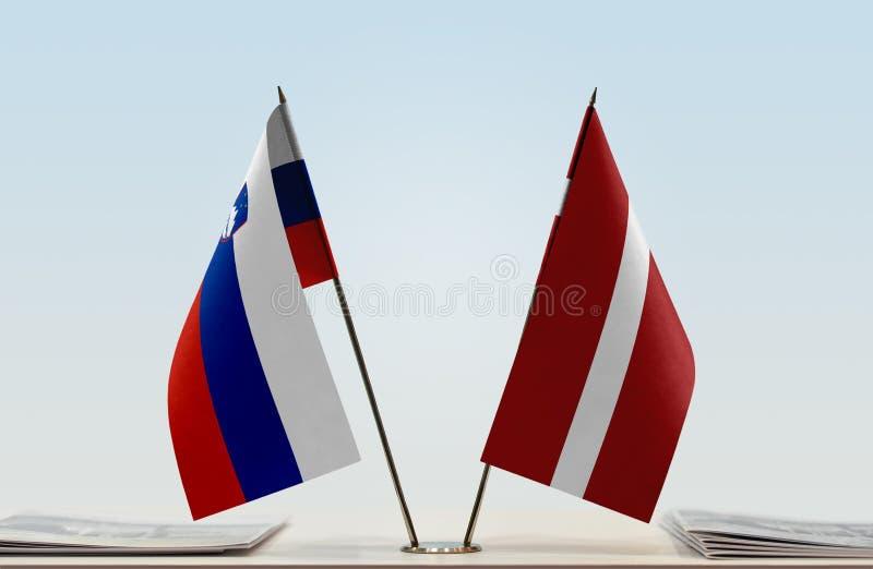 Флаги Словении и Латвии стоковые изображения rf