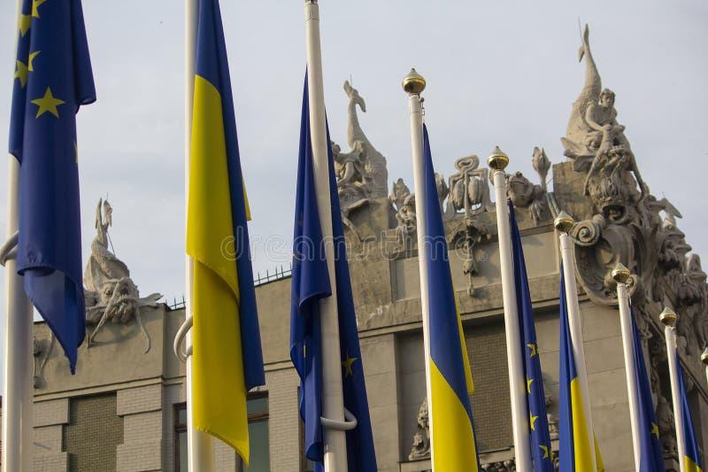 Флаги Украины и Европейского союза на флагштоках около офиса президента Украины стоковые фото
