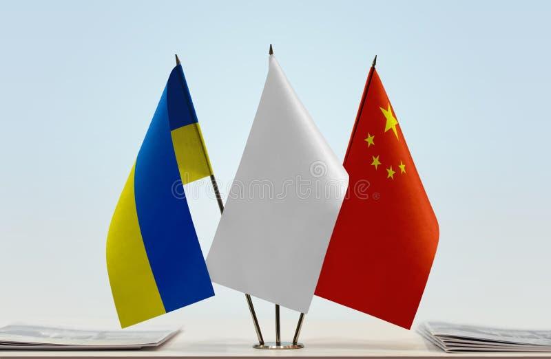 Флаги Украины и Китая стоковая фотография