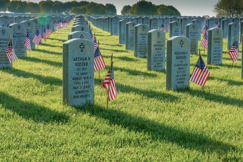 Флаги украшают могилы упаденное на День памяти погибших в войнах на кладбище Авраама Линкольна национальном стоковое изображение rf