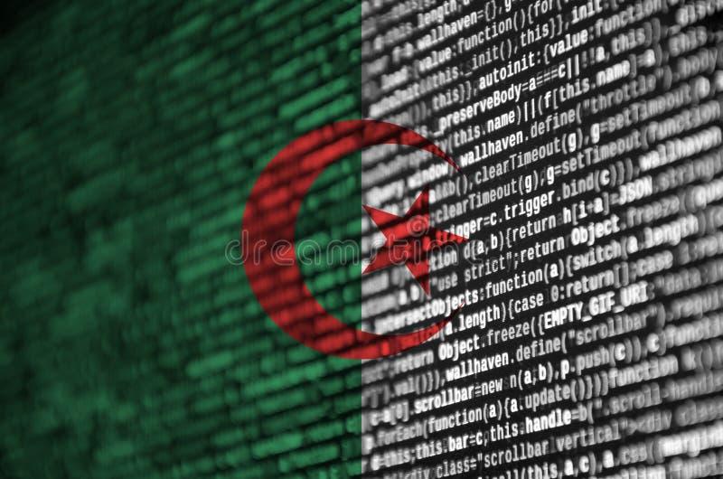 Флаг Алжира показан на экране с кодом программы Концепция современного развития технологии и места стоковые изображения