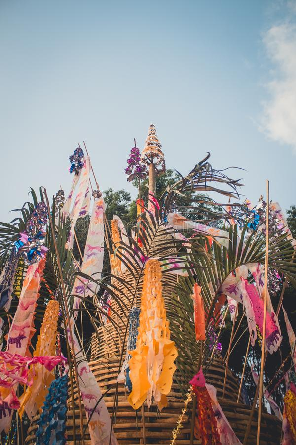 Флаг бумаги фестиваля Songkran пагоды песка на куче света вечера песка в сельской местности Чиангмае стоковые фотографии rf