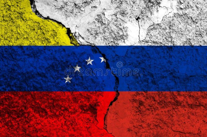 Флаг Венесуэлы и России на предпосылке текстуры изнашиваемой краски с рамкой отказа в целом стоковые фотографии rf
