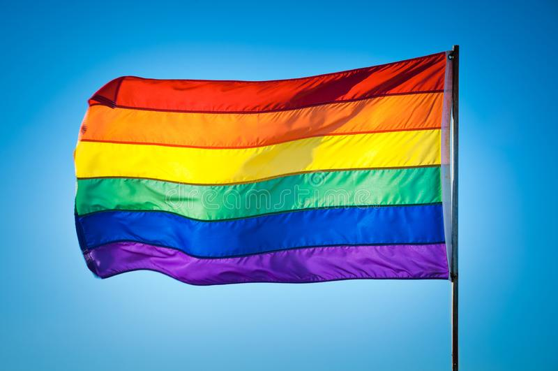 Флаг гей-парада радуги на предпосылке голубого неба, Miami Beach стоковые фото