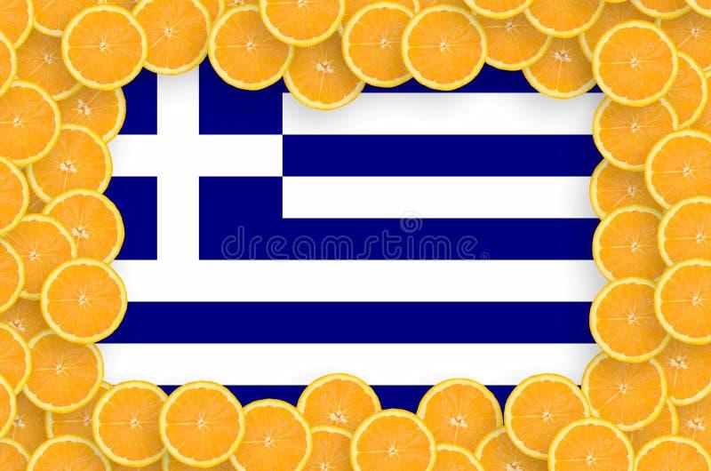 Флаг Греции в свежей рамке кусков цитрусовых фруктов иллюстрация штока