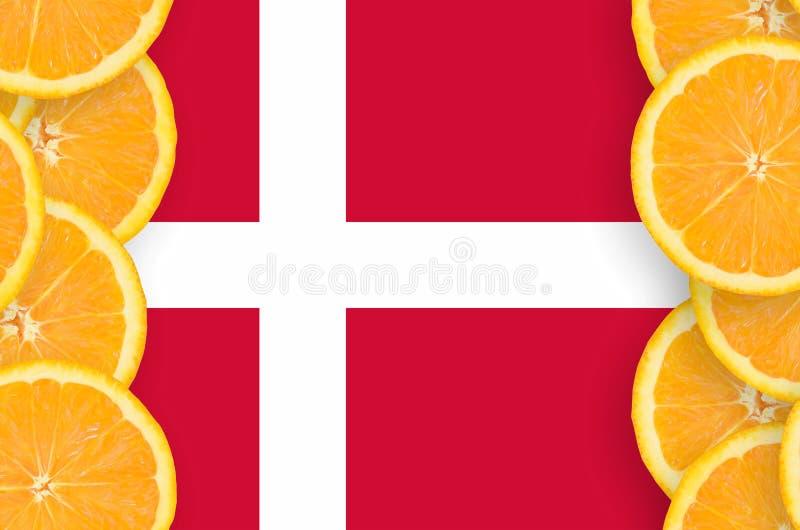 Флаг Дании в рамке кусков цитрусовых фруктов вертикальной иллюстрация штока