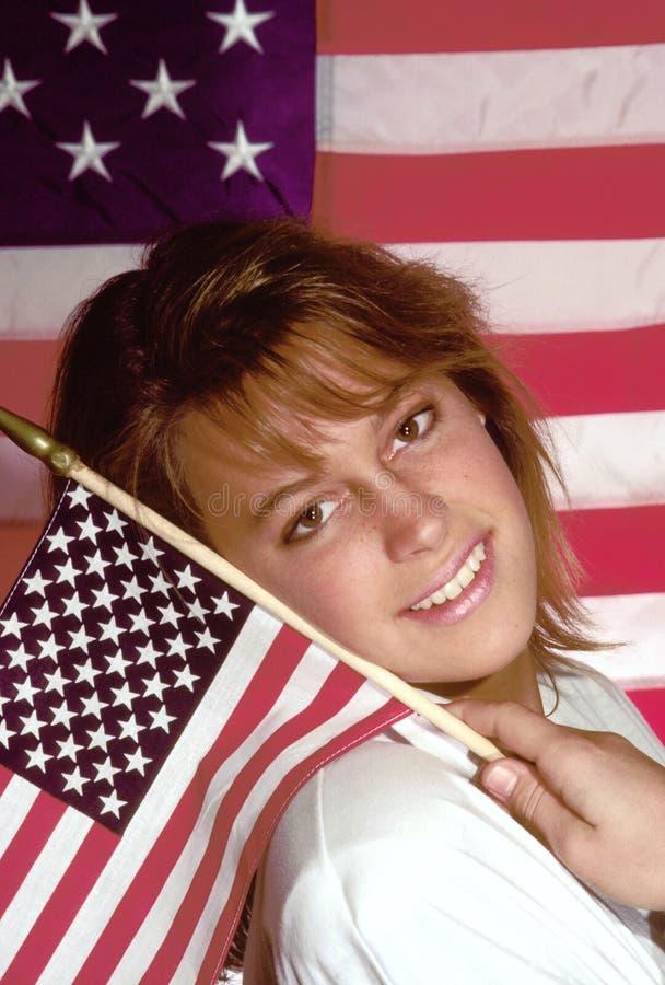 флаг держа малую женщину стоковая фотография rf