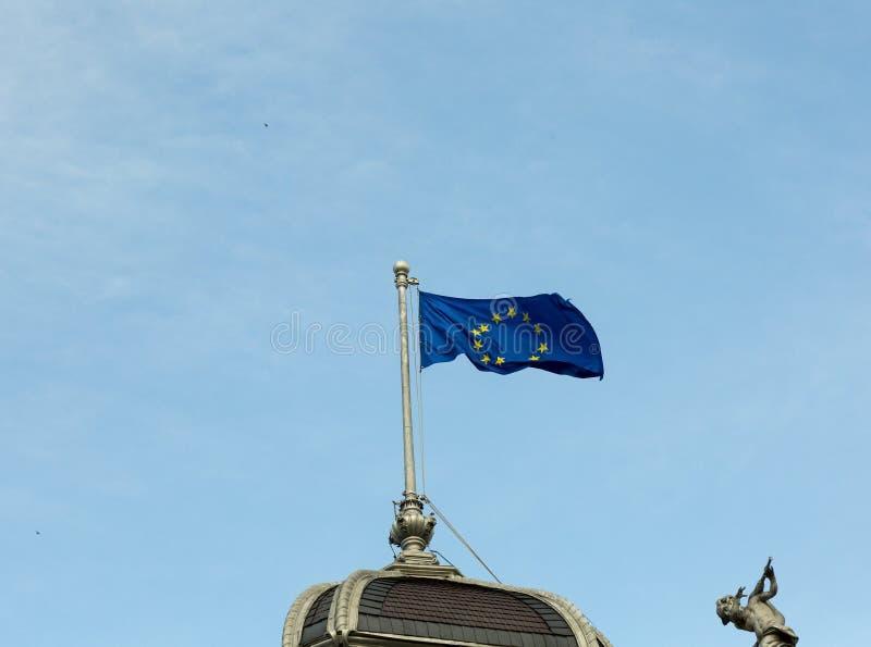 Флаг Европейского союза вверху здание стоковые фото