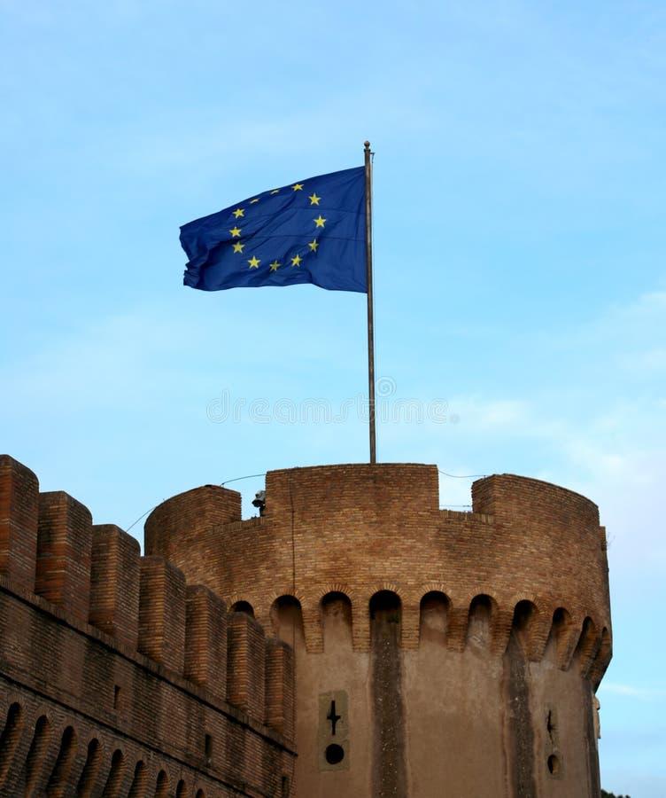 флаг Европейского союза летает над Castel Sant'Angelo в Риме стоковое фото rf