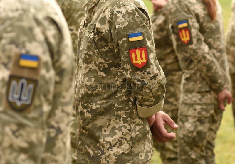 Флаг заплаты Украины на форме армии Военная форма Украины Великобритания стоковые фотографии rf