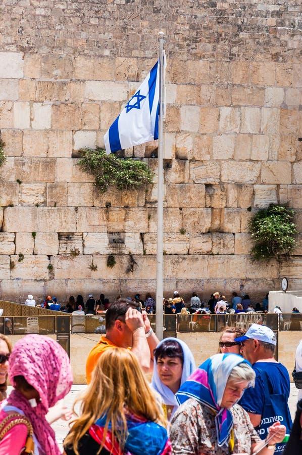 Флаг Израиля на флагштоке в середине западного квадрата стены или площади в городке Иерусалима старом, Израиле стоковые фотографии rf