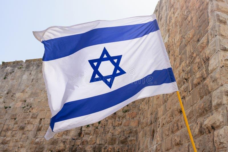 Флаг Израиля против западной стены в Иерусалиме стоковая фотография