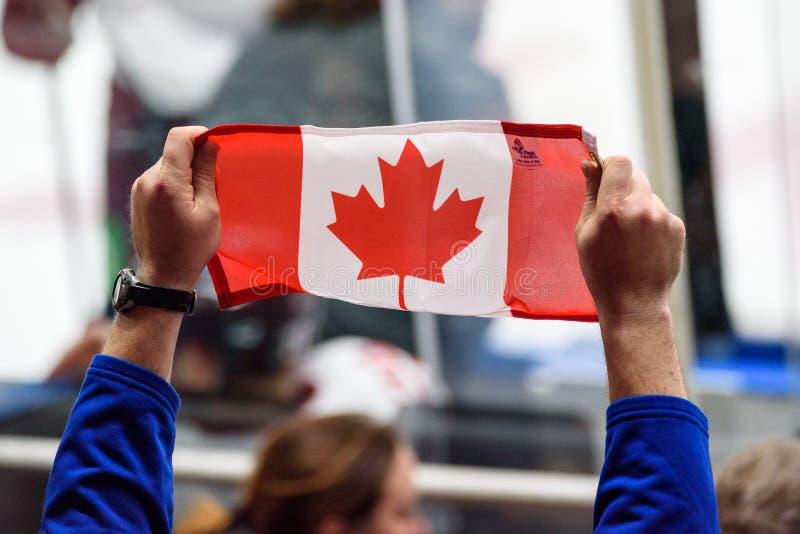 Флаг Канады в руках стоковое изображение rf