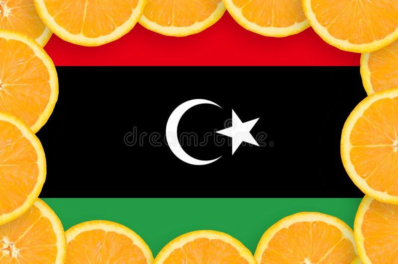 Флаг Ливии в свежей рамке кусков цитрусовых фруктов иллюстрация штока