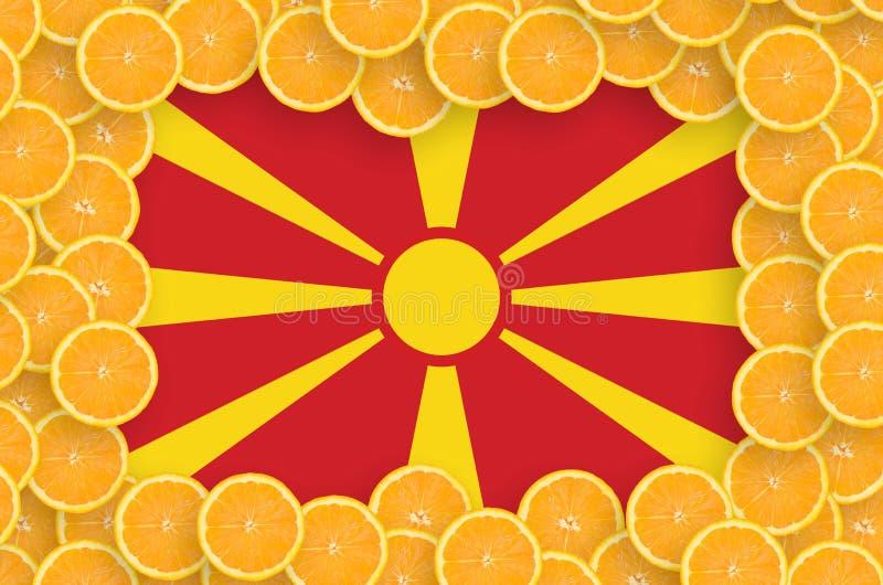 Флаг Македонии в свежей рамке кусков цитрусовых фруктов бесплатная иллюстрация