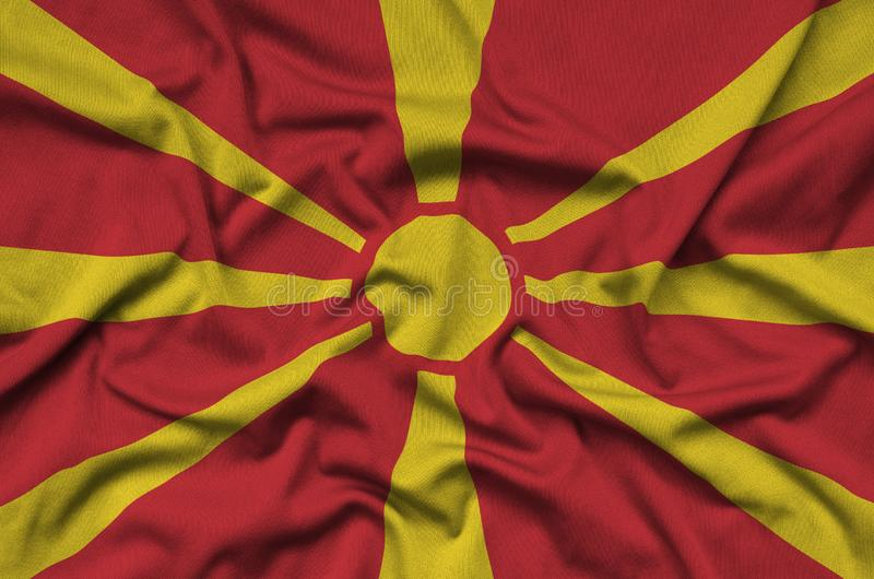 Флаг македонии показан на ткани ткани спорт с много створок Знамя команды спорта стоковые изображения rf