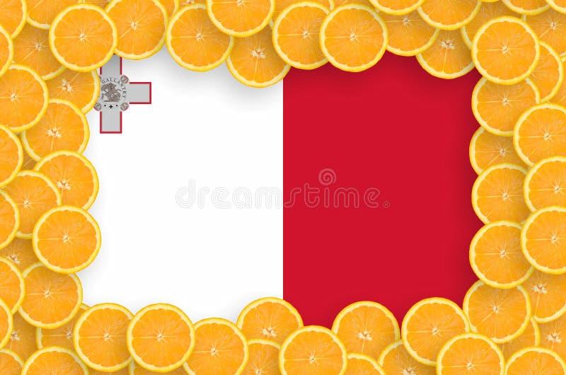 Флаг Мальты в свежей рамке кусков цитрусовых фруктов бесплатная иллюстрация