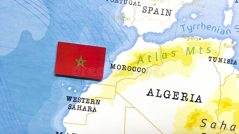 Флаг Марокко на мировой карте стоковая фотография rf