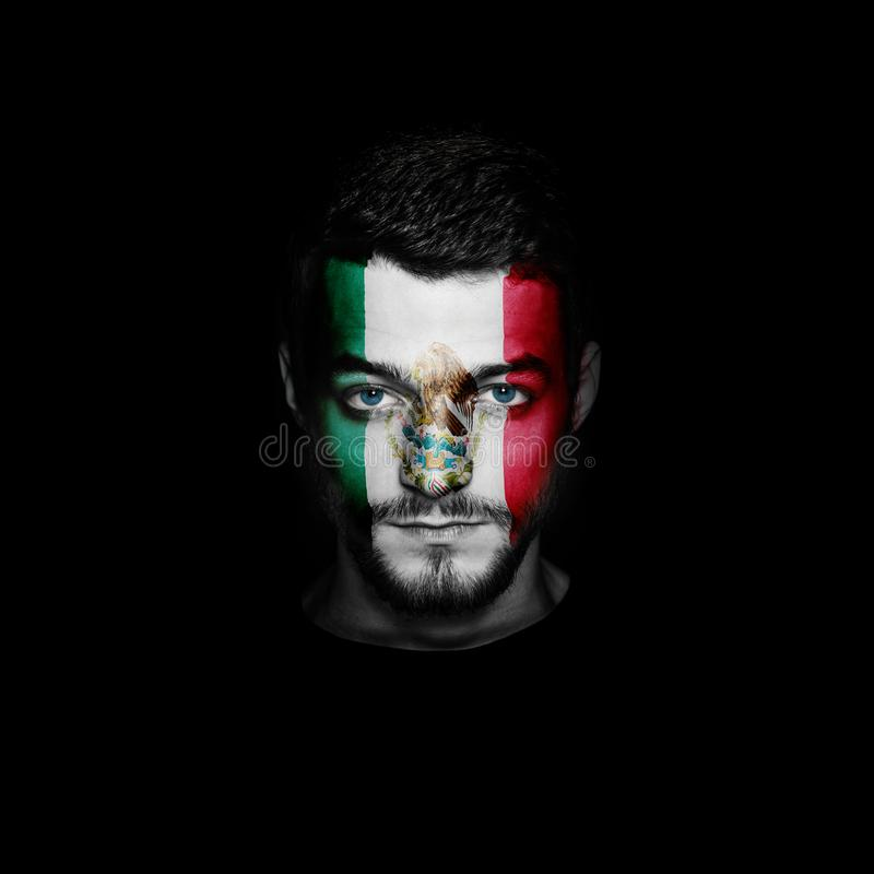 Флаг Мексики покрасил на стороне человека стоковые фото