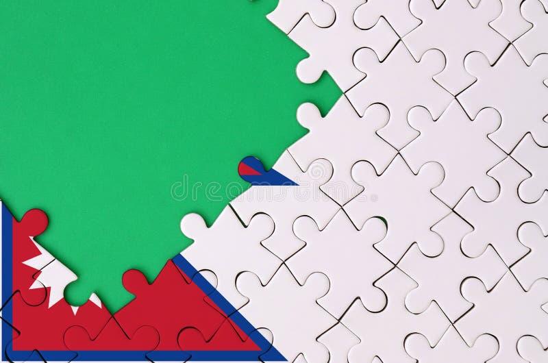 Флаг Непала показан на завершенной мозаике с свободным зеленым космосом экземпляра на левой стороне стоковое изображение