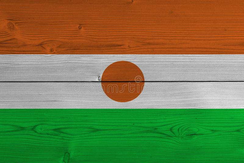Флаг Нигера покрашенный на старой деревянной планке стоковые изображения rf