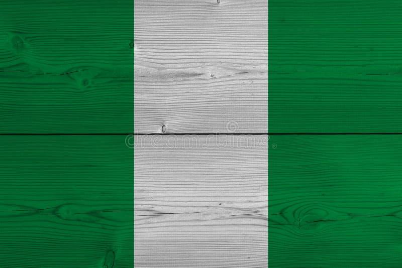 Флаг Нигерии покрашенный на старой деревянной планке стоковые изображения rf