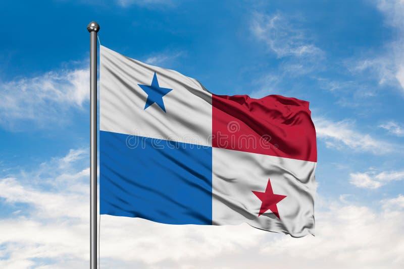 Флаг Панамы развевая в ветре против белого пасмурного голубого неба Флаг жителя Панамы стоковое изображение rf