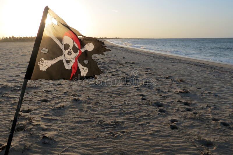 Флаг пирата на пляже стоковая фотография