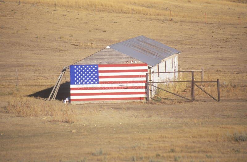 Флаг повиснутый на старом амбаре стоковая фотография rf