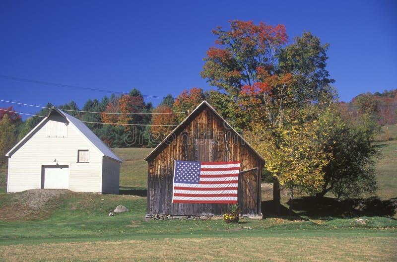 Флаг повиснутый на старом амбаре стоковое фото rf