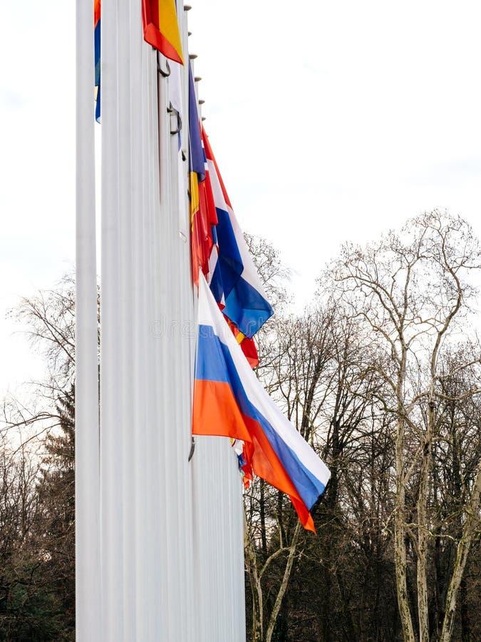 Флаг полу-рангоута летания России на здании Совета Европы стоковые фотографии rf