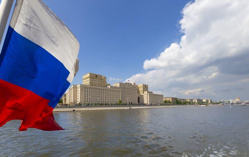 Флаг России и главное здание министерства обороны Российской Федерации стоковое фото rf