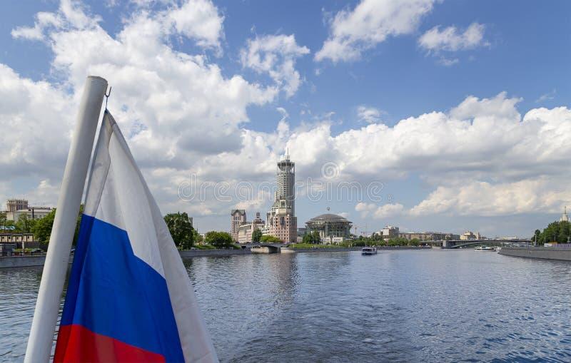 Флаг России и дом концертного зала музыки на банках реки Москвы r стоковые изображения rf