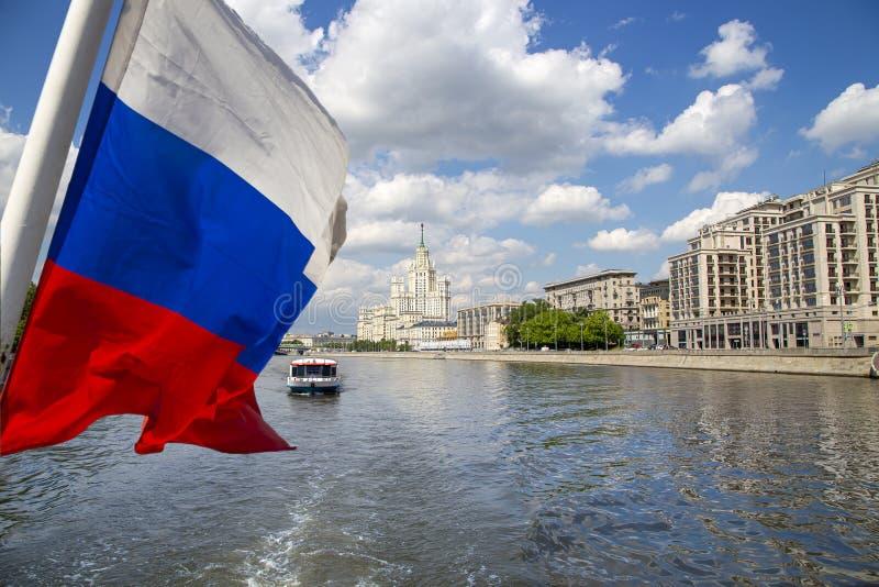 Флаг России и здание обваловки Kotelnicheskaya, Москва, Россия стоковое изображение rf