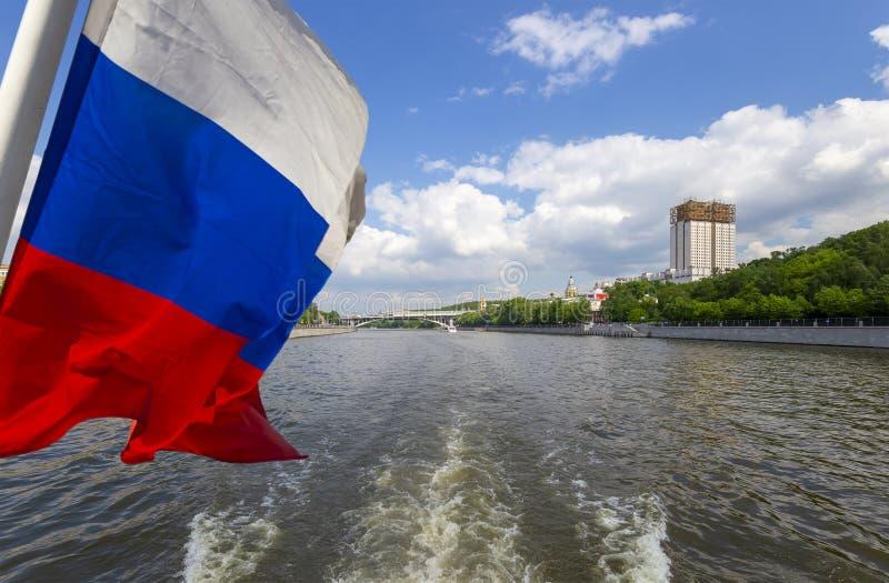 Флаг России и построение Presidium русских академии наук и реки Moskva, Москвы, России стоковые фотографии rf