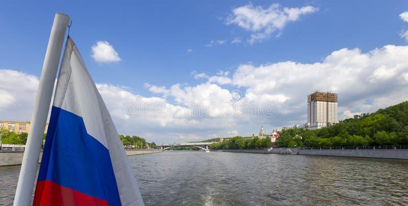 Флаг России и построение Presidium русских академии наук и реки Moskva, Москвы, России стоковые изображения rf